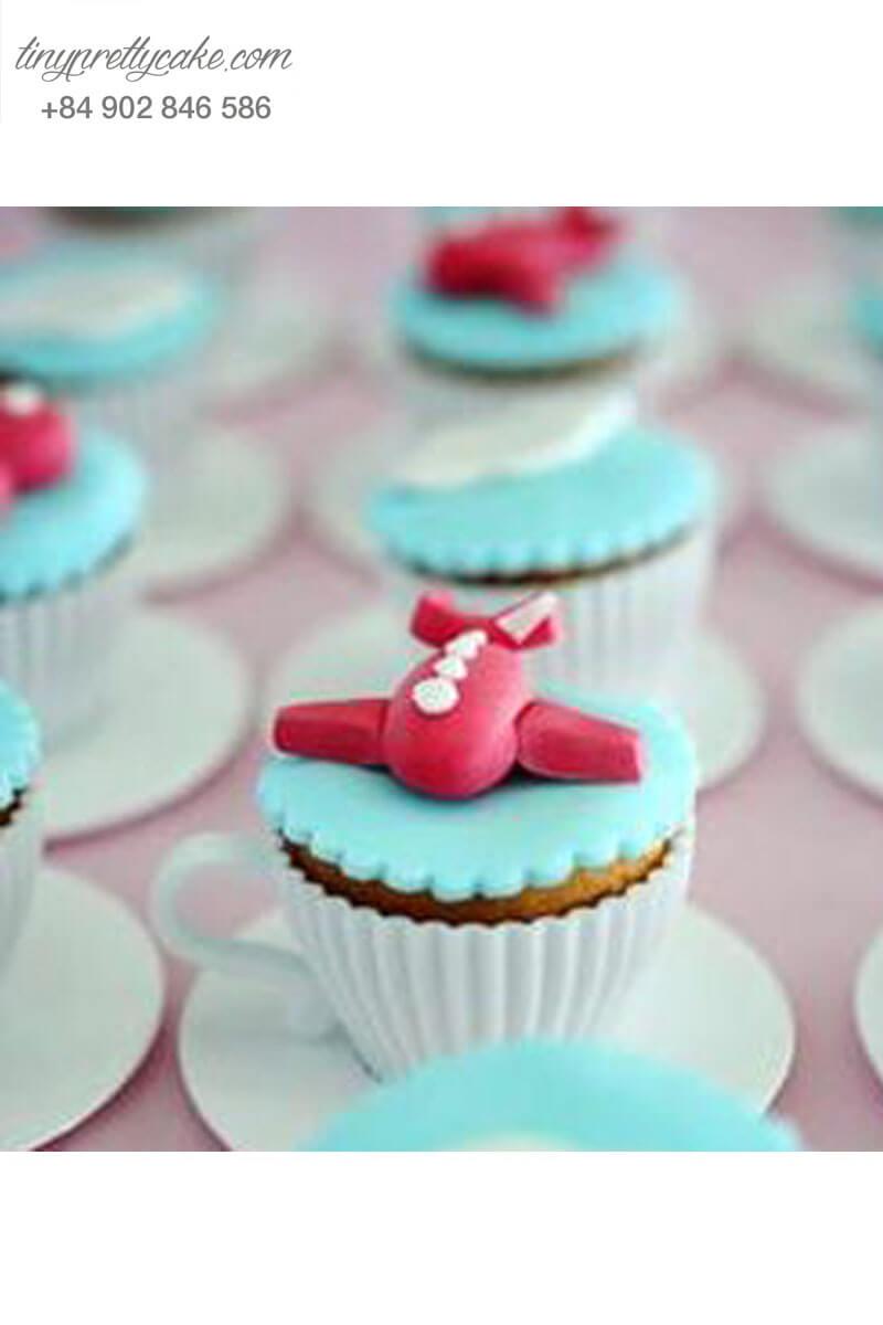 Bánh Cupcake hình máy bay giữa trời xanh ngắt mừng sinh nhật các bé