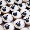 """Bánh cupcake hình cừu với biểu cảm """"nghiêm túc"""" mừng sinh nhật các bé"""