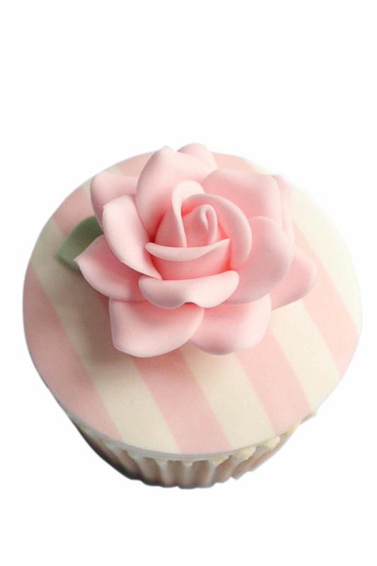 Cupcake hoa hồng tạo hình từ fondant nhẹ nhàng, duyên dáng