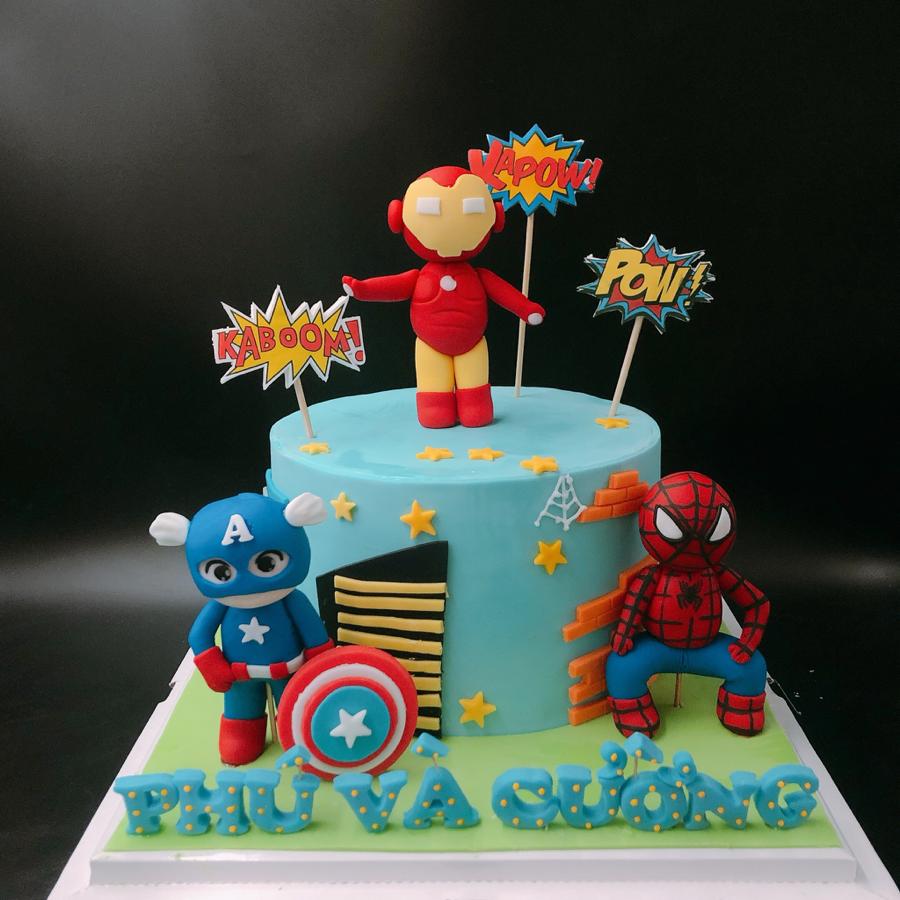 Bánh fondant siêu nhân cho bé trai