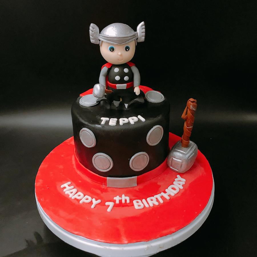 Bánh fondant chủ đề siêu nhân Thor cho sinh nhật bé trai